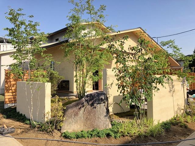 玄関を入ると、2種類の木材をはり合わせたおおきな板がお出迎え!<br> 奥と手前が栃ノ木、真ん中が楓の木となっています。