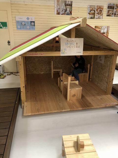 木工教室の他にも、大工手刻みの小屋をつくり、小屋の中でお子さん達が積み木などで遊べるようにしました。