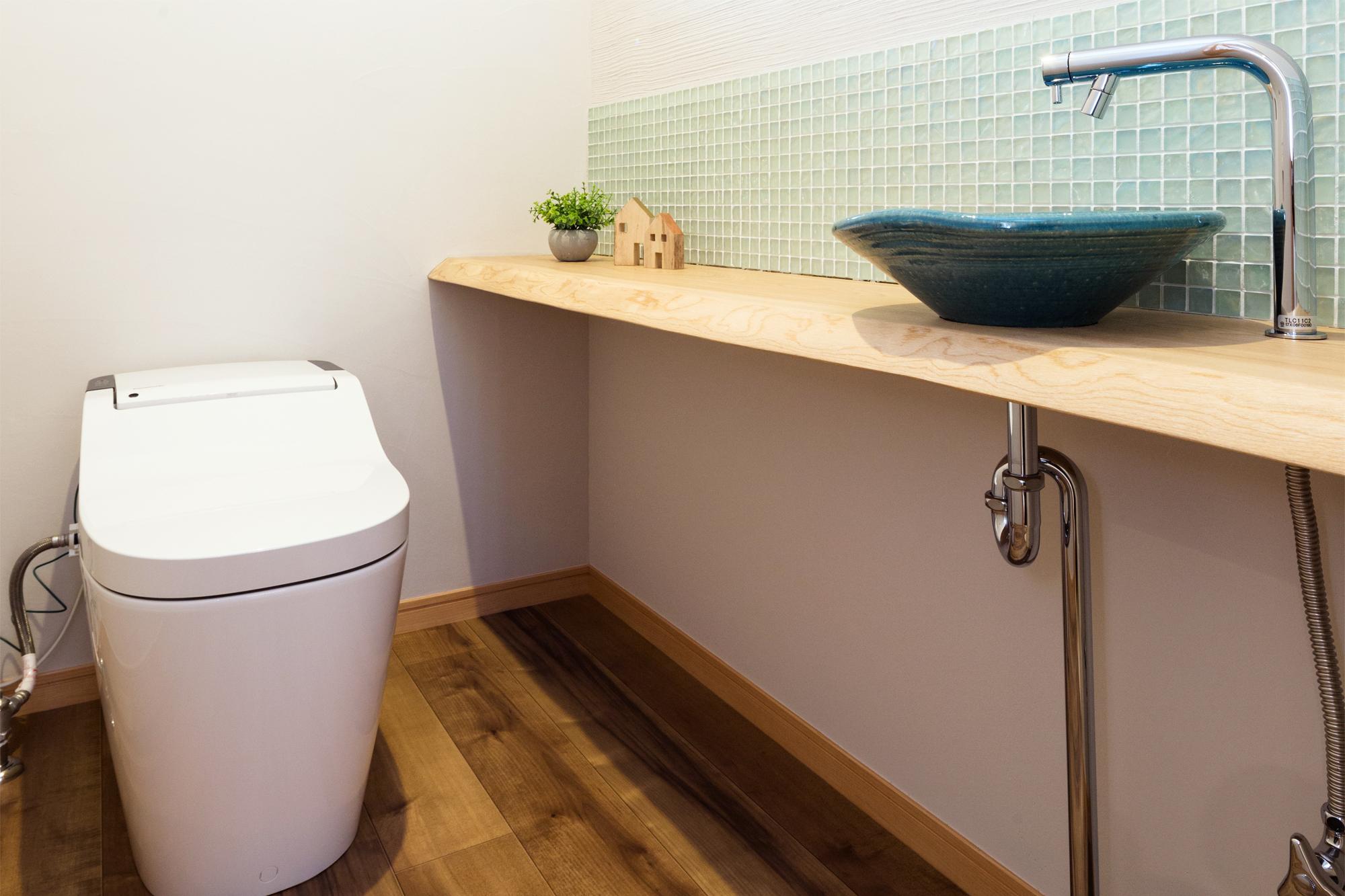 トイレの手洗い台は無垢の栃