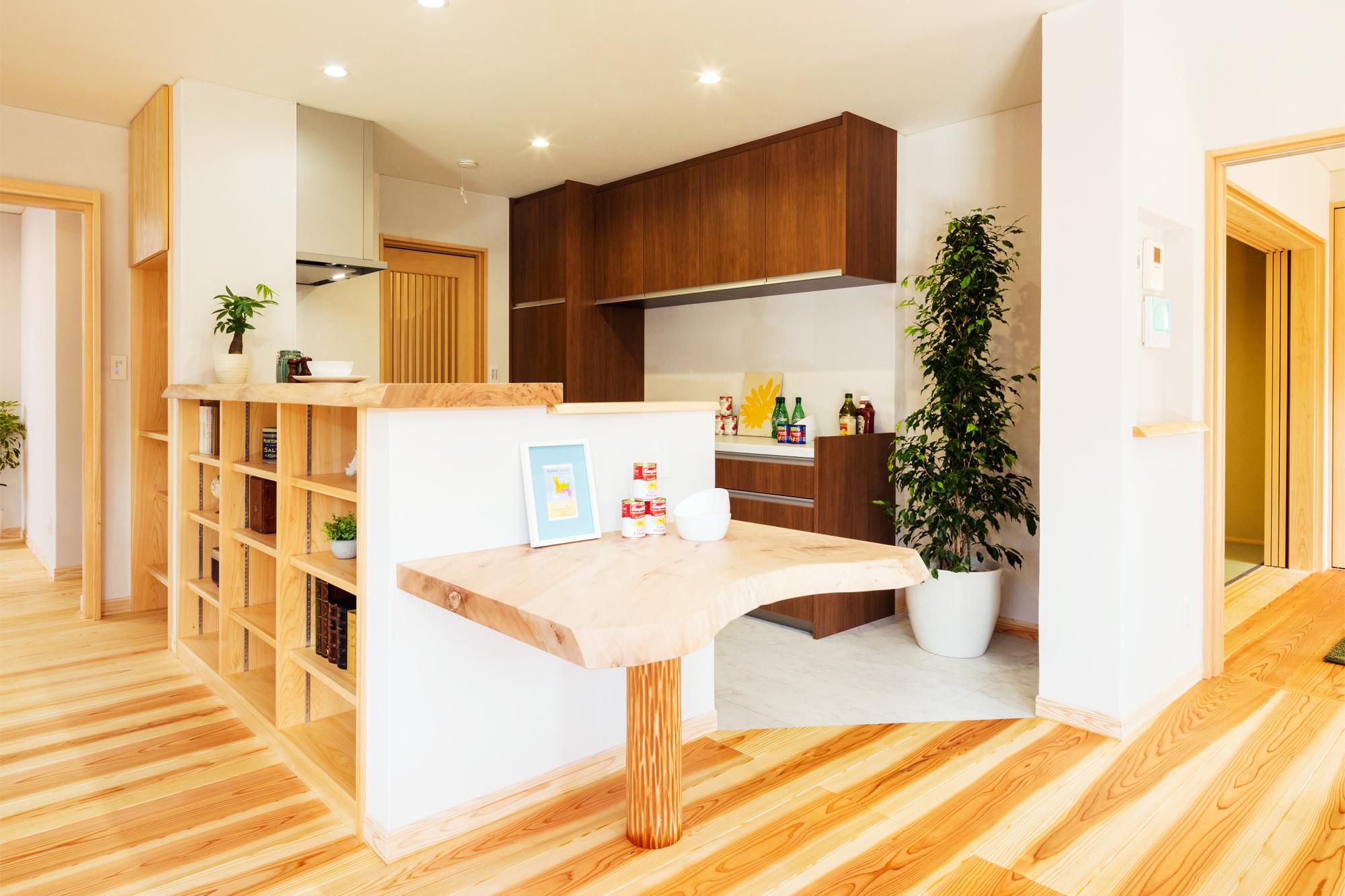 キッチンカウンターとテーブルは無垢の栃