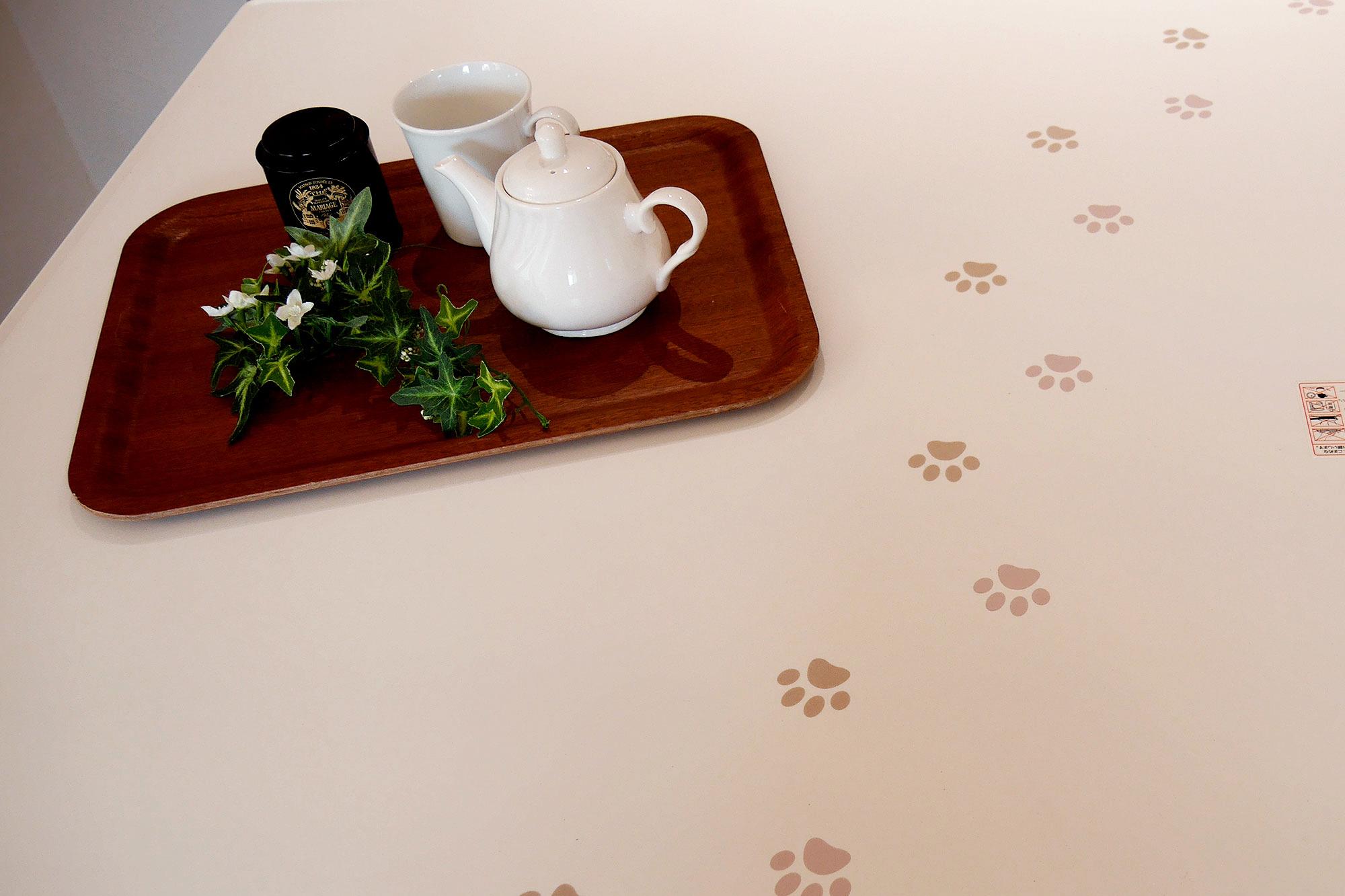 動物の足跡をあしらったデザインのクリナップキッチンカウンター。