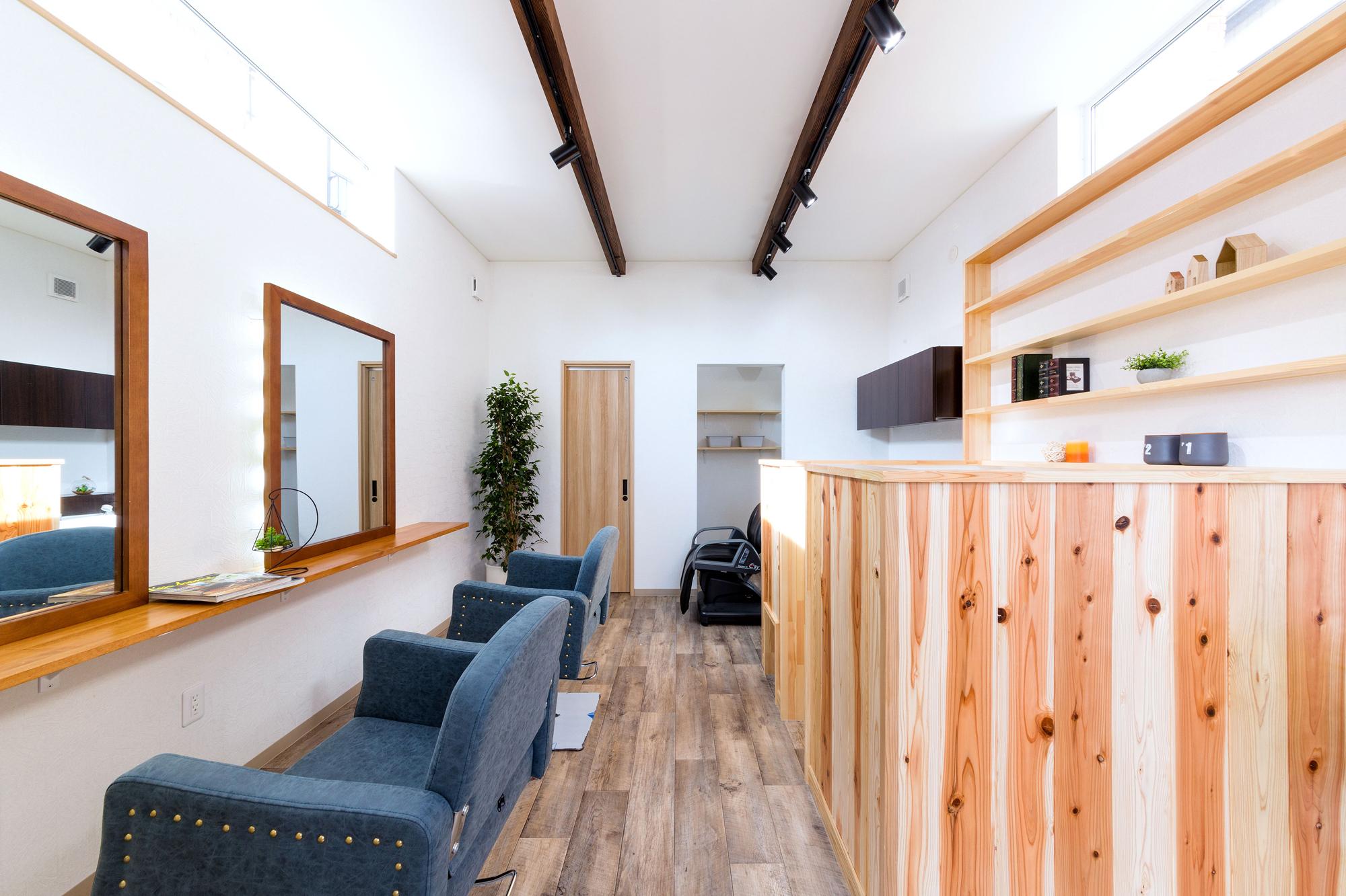 ウッデイなこころ休まる美容室空間。