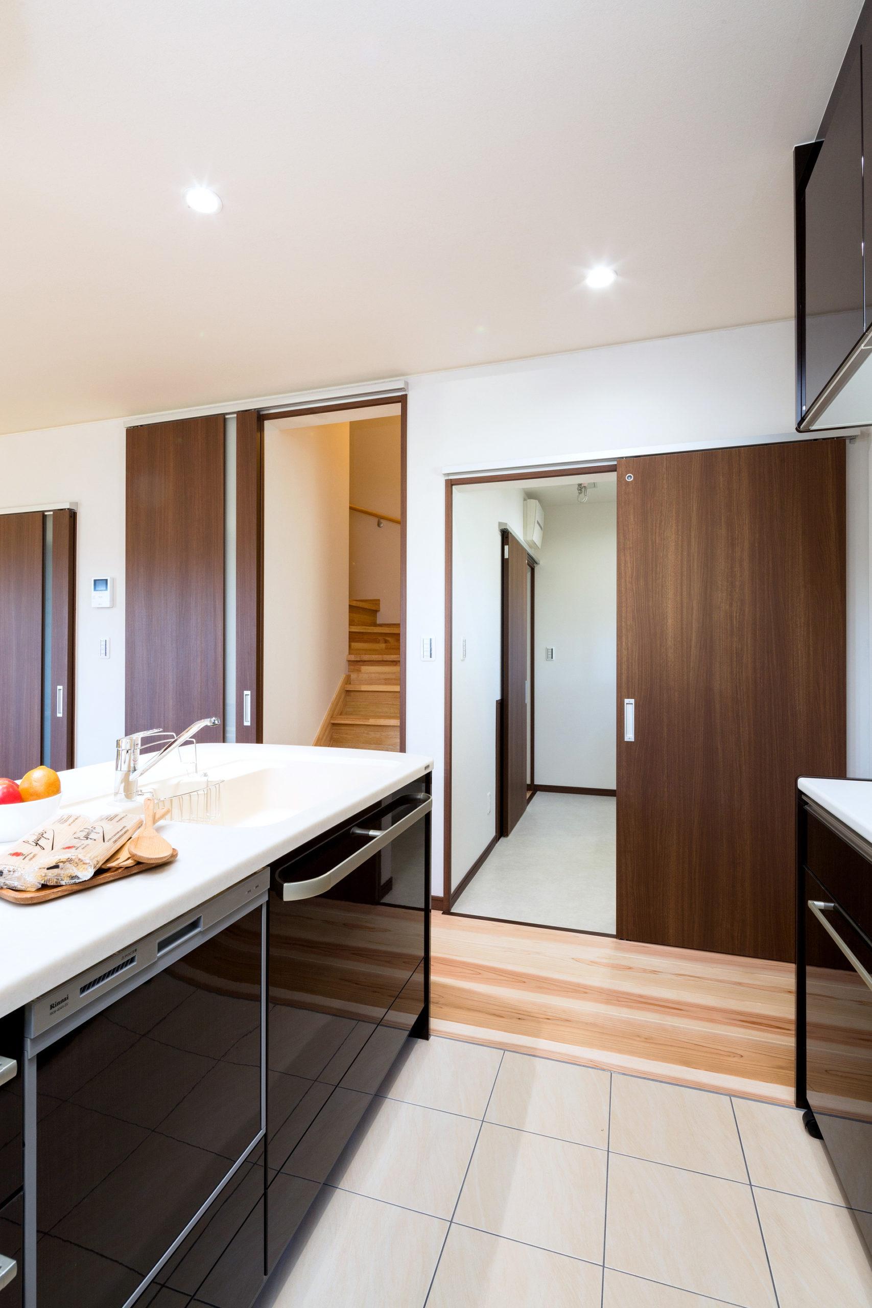 キッチンと洗面室は一直線の動線。