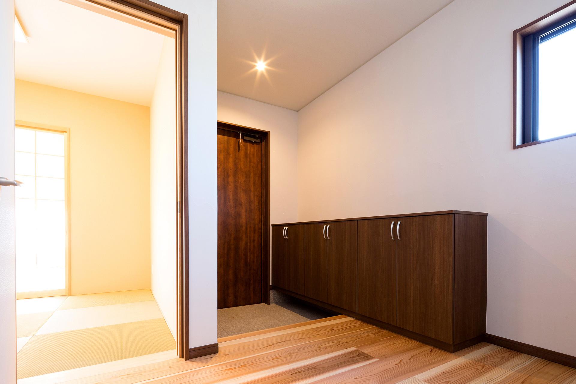 和室は玄関ホールからも出入りできる2Way。