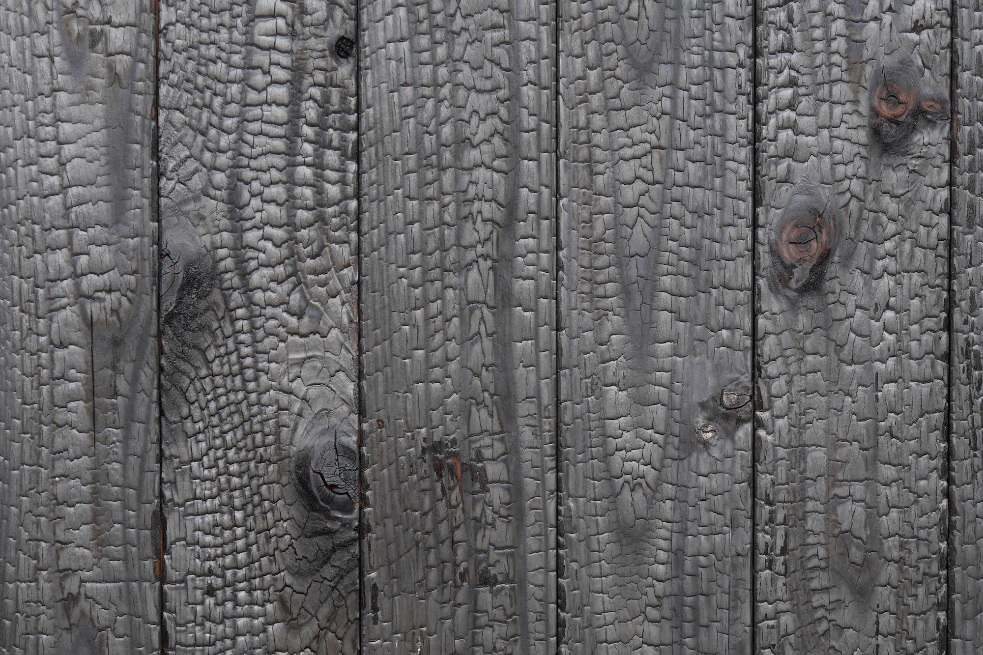 外壁には焼杉にした屋久島の地杉。