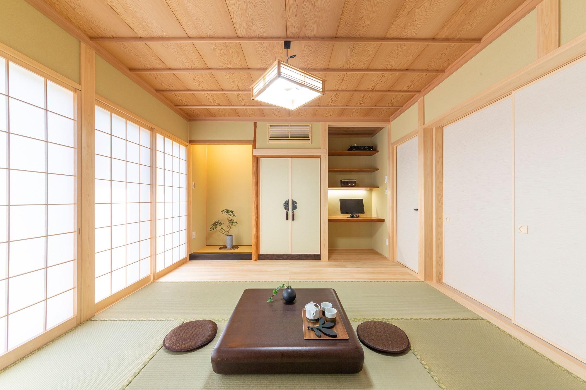 旧居の床柱と書斎机を活用した和室
