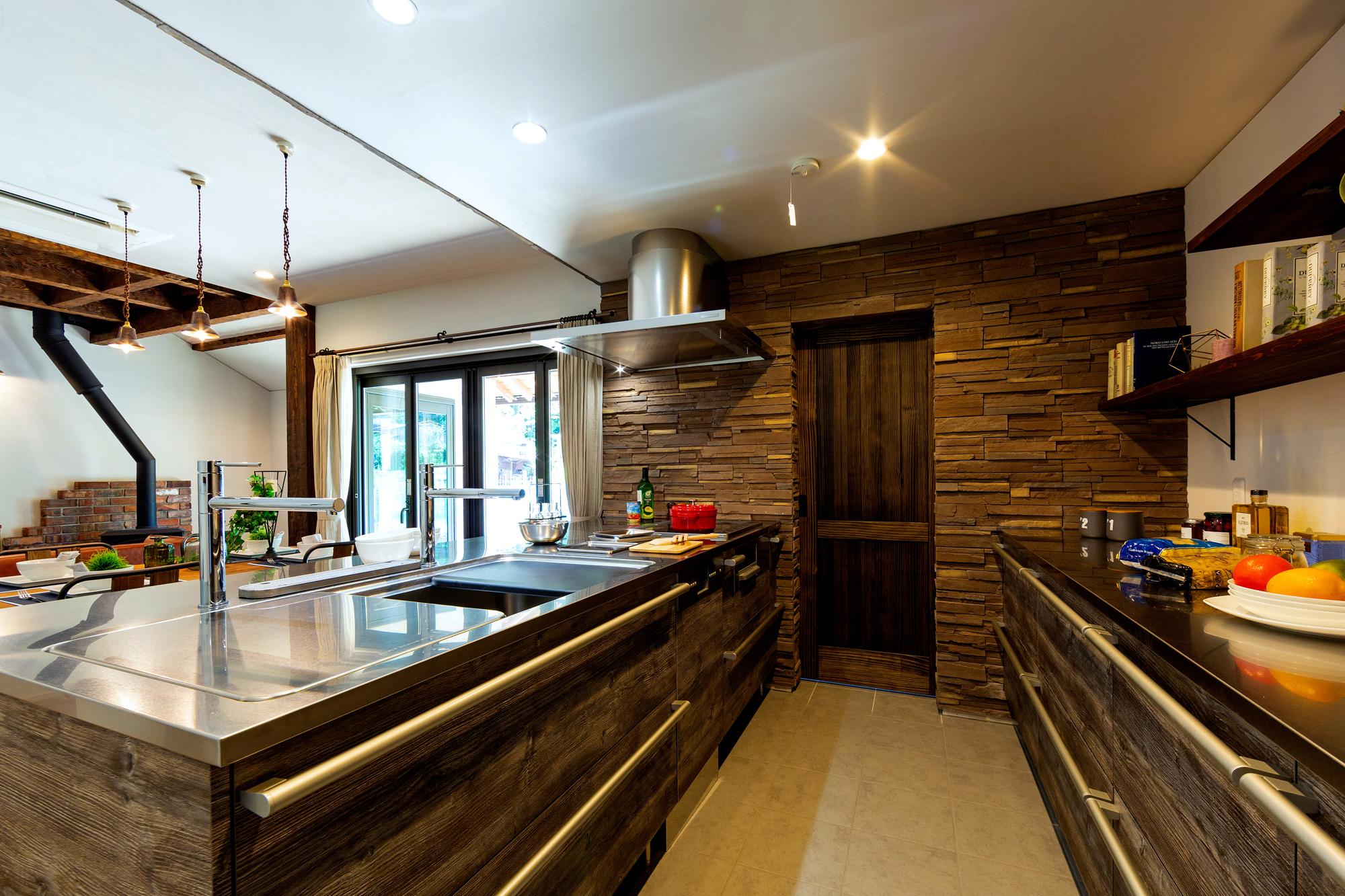 古材を思わせる木調のキッチン